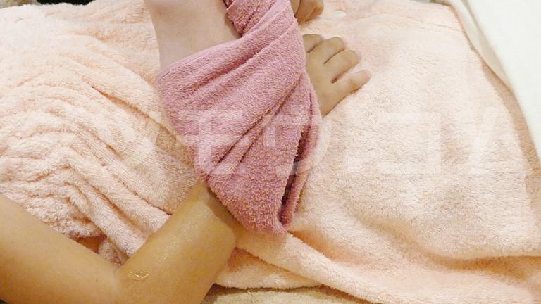 子供の腕に残ったディオーネの美容ジェルをとる