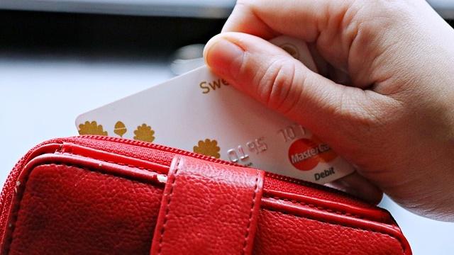 赤い財布とクレジットカード
